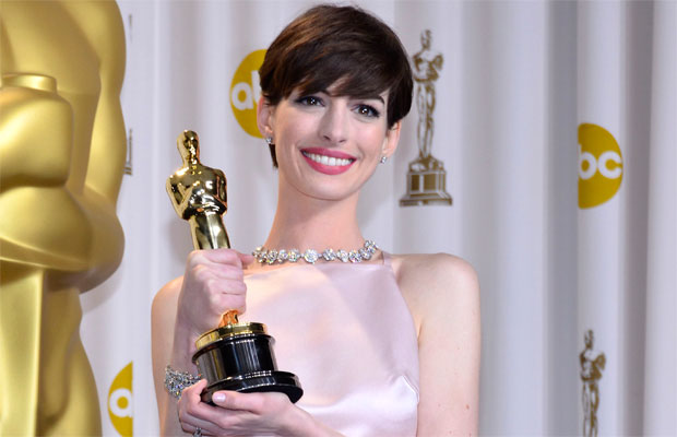 Anne Hathaway, posing with her Oscar.